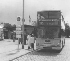 Bus in der Haltestelle S-Tegel